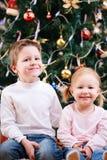 圣诞节在结构树二附近开玩笑 图库摄影