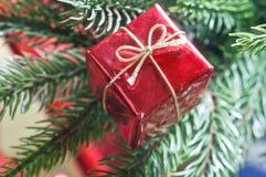 圣诞节在结构树的礼物盒 免版税图库摄影