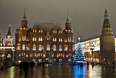 圣诞节在结构树附近的克里姆林宫莫&# 库存图片