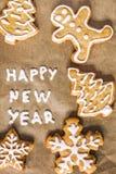 圣诞节在羊皮纸题字的姜饼曲奇饼 免版税库存照片