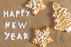 圣诞节在羊皮纸题字的姜饼曲奇饼 库存图片