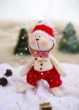 圣诞节在背景树的玩具兔子 免版税图库摄影