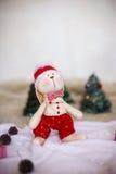 圣诞节在背景树的玩具兔子 库存图片