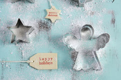 圣诞节在葡萄酒水色蓝色木桌上的曲奇饼切削刀 库存图片