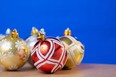 圣诞节在蓝色背景和木桌的球装饰品 免版税库存照片
