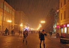 圣诞节在街道Bolshaya Porkrovskaya Nizhny Novg的雪风暴 免版税库存照片