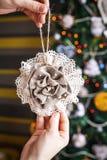 圣诞节在被弄脏的,闪耀的和神仙的背景的麻袋布玩具 免版税库存图片