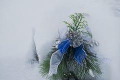 2010年圣诞节在被采取的照片雪之外的12月装饰 免版税库存照片