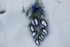 2010年圣诞节在被采取的照片雪之外的12月装饰 免版税库存图片
