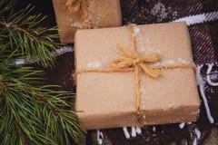 圣诞节在褐色的礼物盒礼物 库存图片