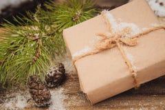 圣诞节在褐色的礼物盒礼物 免版税库存照片