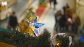 圣诞节在走在购物中心的被弄脏的人民背景戏弄在除夕 寒假的概念 股票录像
