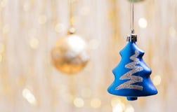 圣诞节在金黄背景装饰边 库存照片