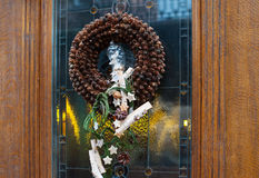 圣诞节在门的花圈装饰在商店 免版税图库摄影