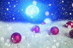 圣诞节在雪的假日中看不中用的物品在冷杉木、夜空和月亮 圣诞节和新年装饰特写镜头 Th的元素 免版税库存图片