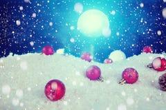 圣诞节在雪的假日中看不中用的物品在冷杉木、夜空和月亮 圣诞节和新年装饰特写镜头 Th的元素 库存图片