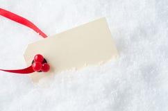 圣诞节在雪的礼品标签 库存图片