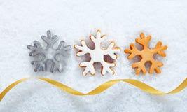 圣诞节在雪的雪花曲奇饼 免版税库存照片