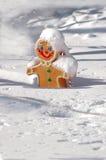 圣诞节在雪盖的姜饼人 库存图片