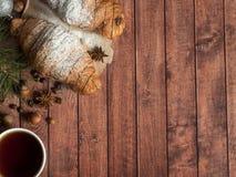 圣诞节在餐巾的早餐新月形面包 背景黑暗木 圣诞节装饰拷贝空间 免版税库存照片