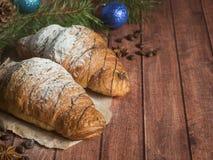 圣诞节在餐巾的早餐新月形面包 背景黑暗木 圣诞节装饰拷贝空间 图库摄影
