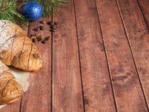 圣诞节在餐巾的早餐新月形面包 背景黑暗木 圣诞节装饰拷贝空间 免版税库存图片