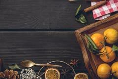 圣诞节在黑木的食物框架 免版税库存照片