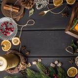 圣诞节在黑木的食物框架 库存照片