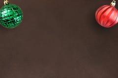 圣诞节在黑暗的木桌上的红色波浪和绿色有肋骨球 库存照片