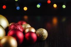圣诞节在黑暗的背景的装饰球 库存照片
