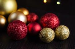 圣诞节在黑暗的背景的装饰球 免版税图库摄影