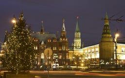 圣诞节在结构树附近的克里姆林宫莫&# 免版税图库摄影