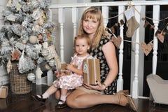 圣诞节在结构树附近的女儿母亲 库存照片
