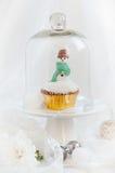 圣诞节在玻璃圆顶下的雪人杯形蛋糕 库存照片