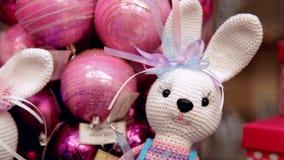 圣诞节在christmass树的玩具兔子在购物中心 股票录像