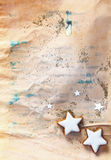 圣诞节在grunge纸张的星形饼干 库存图片