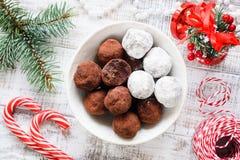 圣诞节块菌状巧克力、棒棒糖和杉树在老白色桌上分支 图库摄影