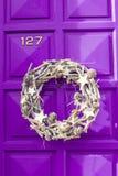圣诞节垂悬在门的银花圈 免版税库存照片