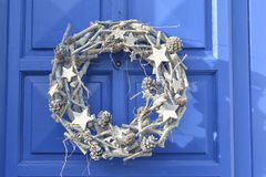 圣诞节垂悬在门的银花圈 免版税库存图片