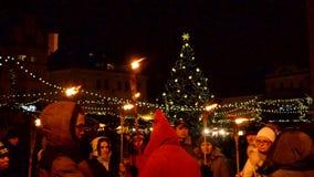 圣诞节塔林老镇的火光游览  股票录像