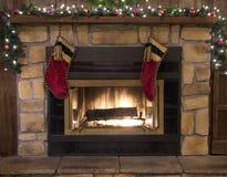 圣诞节壁炉壁炉边和长袜风景 免版税图库摄影