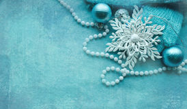 圣诞节复制装饰空间 典雅的新年快乐背景 与neclace,玩具,毛线的圣诞节构成 免版税图库摄影
