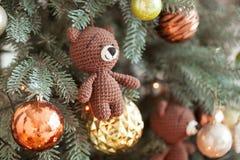 圣诞节复制装饰集中金大装饰品红色空间结构树 玩具编织了在cristmas树的熊和葡萄酒球 关闭射击 库存图片