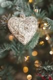 圣诞节复制装饰集中金大装饰品红色空间结构树 重点形状闪亮金属片玩具 免版税图库摄影