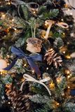 圣诞节复制装饰集中金大装饰品红色空间结构树 戏弄被编织的毛毡起动和葡萄酒弓和锥体在cristmas树 关闭射击 免版税库存图片