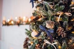 圣诞节复制装饰集中金大装饰品红色空间结构树 戏弄被编织的毛毡起动和葡萄酒弓和锥体在cristmas树 关闭射击 图库摄影