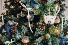 圣诞节复制装饰集中金大装饰品红色空间结构树 戏弄被编织的毛毡起动和葡萄酒弓和锥体在cristmas树 关闭射击 免版税图库摄影