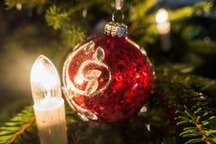 圣诞节复制装饰集中金大装饰品红色空间结构树 免版税库存图片