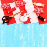圣诞节复制装饰集中金大装饰品红色空间结构树 毛毡雪人、树、星和球装饰 库存图片