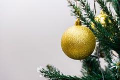圣诞节复制装饰集中金大装饰品红色空间结构树 库存照片